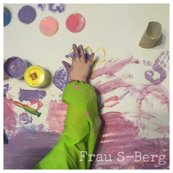 Fingerfarbe auf großem Plakat und Projekt Kellerlounge