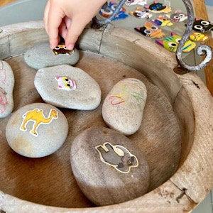 Basteln mit Steinen – von Kulleraugen und magischen Glitzersteinen (Gastbeitrag)